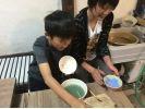 【広島・竹原】小さな子どもから大人まで手軽に楽しめる陶芸体験(絵付け)の様子