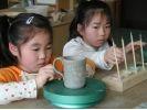 【千葉/勝浦・鴨川】子どもから年配者まで、だれでも参加OK。陶器の絵付け体験にチャレンジの様子
