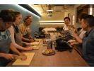 【沖縄・那覇】沖縄の『食』を見て、聞いて、手を動かして楽しむ沖縄料理体験「2品コース」の様子