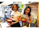 【東京・原宿】有名牛骨ラーメン店でラーメン作り体験★湯切り・炙り・盛り付けに挑戦!美味しく食べよう!の様子