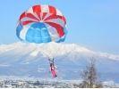 【北海道・富良野】冬のパラセーリング体験の様子