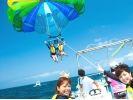 【沖縄南部・糸満】沖縄の青空を空中散歩!パラセーリング体験の様子