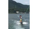 【鹿児島・池田湖】自然豊かな湖の真ん中で気軽に楽しめる!ウェイクボード初心者体験コース!の様子
