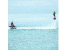 【沖縄・宮城島】水圧で空に浮かぶ異次元体験!フライボードの様子