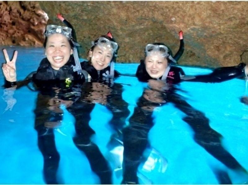 [沖縄·國頭郡(Gunigami-gun)熱帶魚在熱門景點歡迎!藍洞浮潛經驗(120分鐘)