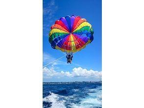 【沖縄・宜野湾】鳥になった気分で沖縄の空を全身で感じよう!パラセーリングお試しコース(高さ50m)の画像