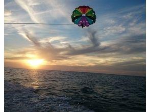 【沖縄・宜野湾】鳥になった気分で沖縄の空を全身で感じよう!パラセーリングちゅらサンセットコースの画像