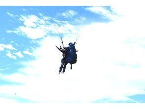 【秋田・男鹿市】大空を鳥のように飛ぶ!パラグライダータンデムフライト体験(2人乗り)の画像