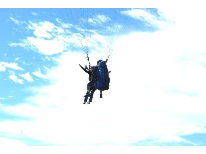 【秋田・男鹿市】大空を鳥のように飛ぶ!パラグライダータンデムフライト体験(2人乗り)の紹介画像