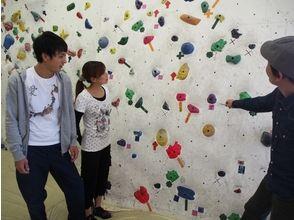 【東京・四谷】レベルに合わせた2フロアで初心者大歓迎!アクセス抜群のジムでボルダリング体験の画像