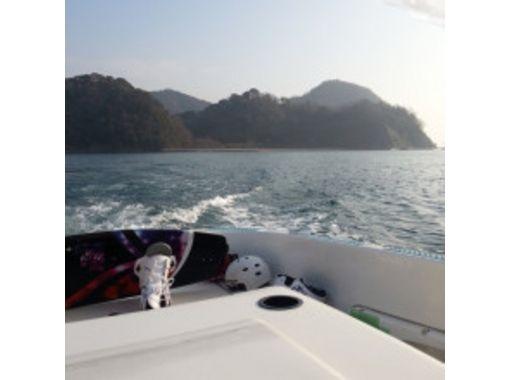 【広島・竹原】瀬戸内海で波乗り!ウェイクサーフィンを楽しもう(60分貸切)