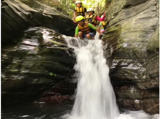 【沖縄・名護エリア】新感覚の川遊び体験!沢登り&キャニオニングコース