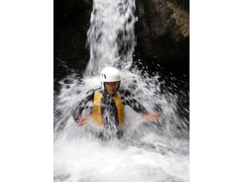 [ Gifu・ Gero City】 Canyoning in the clear stream while bathing in negative ions!