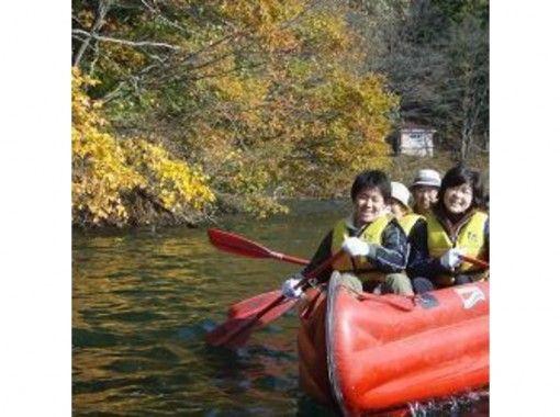 【長野・白馬】季節限定!紅葉の絶景を眺めながら秋のEボートクルージング~グループ・ファミリーにお勧め