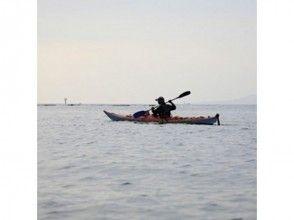 【静岡・熱海】朝方の静寂な海の上で自然と一体化!シーカヤックサンライズツアーの画像