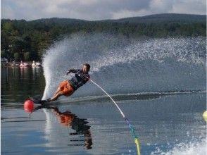【山梨・山中湖】ウェイクボードまたは水上スキーで爽快気分!コースいろいろ選択可能の画像