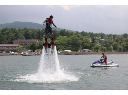 【山梨・山中湖】フライボードで空高くジャンプ!フライボードコース