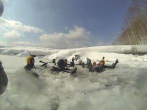 [Hokkaido Lake Shikotsu] Lake Shikotsu Ice Walk Tour Hararahara pounding photo &Hot spring Sale ticket gift ♪