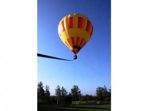 [Hokkaido Niseko]Hot air balloon mooring flight experience floating in the morning light!