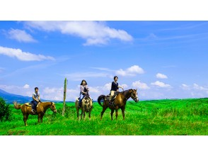 【熊本・阿蘇】雄大な九重連山を望みながらの乗馬体験!ウエスタンコース(約25分)の画像