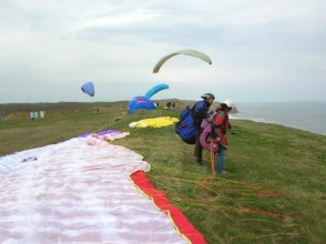 [Hokkaido Tokachi] overlooking the Pacific Ocean north from the sky! Image of paragliding experience (tandem flight)