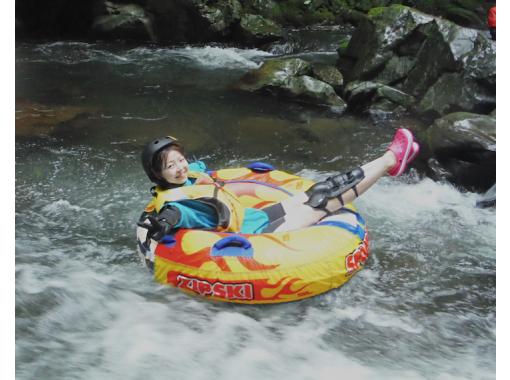 【山梨・大月】夏は無邪気に川遊びっ!!圧倒的な大自然でチュービングツアー!