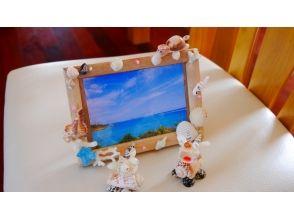 【Okinawa · Nakijin Village】 Images of marine craft experience (shellfish / coral photo frame making) with natural materials