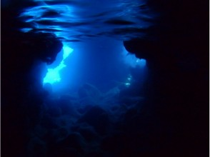 【沖縄・伊良部島】青の洞窟シュノーケル 。グラスボート海底遊覧