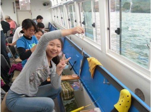 【山梨・山中湖】太陽光発電ドーム船で快適にワカサギ釣り!スワンボートORレンタサイクルの特典付き!