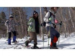 ลองไปเล่นเข้าไปในป่าใน [ฮอกไกโด Hakodate] Snowshoe! ภาพของ