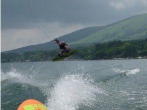 【山梨・山中湖】人気のウェイクボード&バナナボートセットプラン!の画像