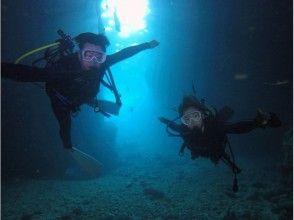 [沖繩/藍色洞穴舉行/約2.5小時]幸福在船航行!藍色洞穴潛水經驗
