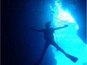 沖縄☆青の洞窟体験ダイビング 魚の餌付け&写真撮影付きの画像