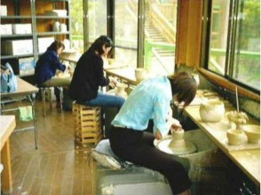 [Ehime Prefecture Matsuyama Pottery Experience] image of using the electric potter's wheel pottery experience