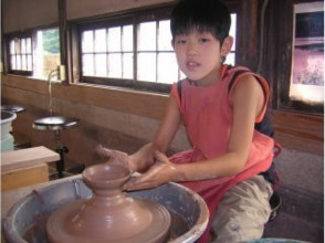 [chi栃木县益子市]好烧钱也是可笑的!儿童和大人使用电动轮可以享受地道的陶艺体验!