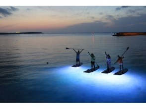 [Okinawa Onna] night expedition! Night SUP cruise, Okinawa is the main island's first landing ★ shooting + SD card gift ★