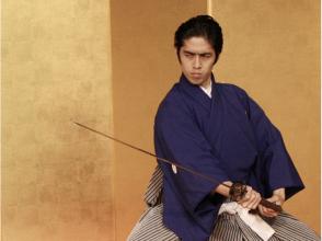 [ประสบการณ์เกียวโตซามูไร] สาธิตเห็นในด้านหน้าของเพลงดาบจริงโดยครูที่แสดงภาพ