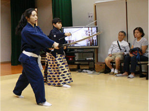 【Kyoto · Higashiyama】 Wearing costumes and experiencing sword dance · Light lessons (60 minutes)