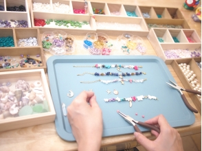 [Making Okinawa · Naha · Accessories] Image of trying to make original accessories using natural stone, shells etc.