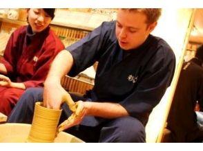 【東京・表参道】作務衣を着て日本の伝統工芸を体験![外国人旅行者向け/電動ロクロ体験コース]の画像