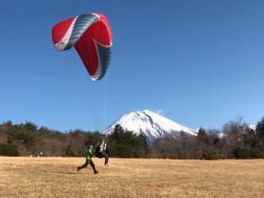 【静岡・朝霧高原】秋はスポーツにいい季節。自分の足で飛び立とう!パラグライダーゴーゴーパラ体験!
