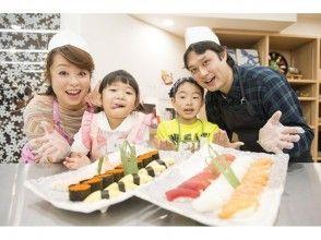 กินถือซูชิแท้ๆของตัวเอง [โตเกียว Tsukiji] ใน Tsukiji! [Grip ทุกท่านสามารถ-you-can-eat ทดลองใช้บทเรียน / 90 นาที] ภาพของ