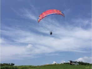 【Kumamoto · Aso】 Image of instructor and two-seater paragliding experience (10 minutes) from outer ring mountain (height difference 450 m)