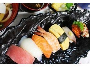 [นารา Hokke-ji-cho] จะกินซูชิถือในสถูปมุ่งมั่น! ภาพของ <นิยมของเต็มรูปแบบหลักสูตรการจับมือ (ขนาน / Tokujo)>