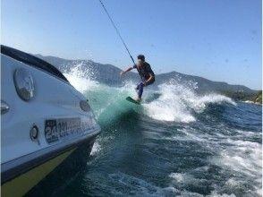 【鹿児島・池田湖】自然豊かな湖の真ん中で気軽に楽しめる!ウェイクサーフィン初心者体験コース!の画像