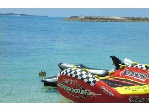 【沖縄・南城市】絶叫マシンのスリル感!透き通った海でハーフパイプ体験