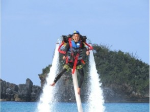 【沖縄・北部エリア/名護/本部/瀬底島】イチオシアクティビティ!ジェットパック体験&パラセーリングの画像