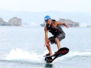 [沖繩和北方地區/名護/總部/瀨底島]漂浮滑板經驗和帆傘運動和潛水香蕉形象的興奮