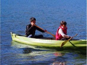 大多數在長野青木透明度,長野縣,遊覽在加拿大獨木舟冥想的青木湖