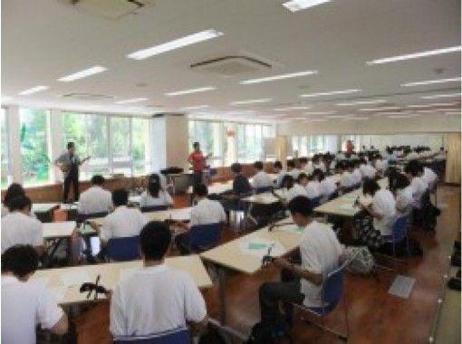【沖縄・恩納村】地元の達人による指導!沖縄で最も身近な楽器「サンシン体験」6才からOK・手ぶらでお越しください!